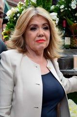 Silvia Urquidi ha sido notificada para explique ante las autoridades, el origen del dinero con el que adquirió en el año 2000, las propiedades que Hacienda embargó a Juan Gabriel, entre 1996 y 1998.