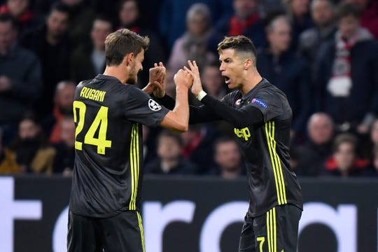 Cristiano Ronaldo (der.) celebra con Rugani su gol ante el Ajax.