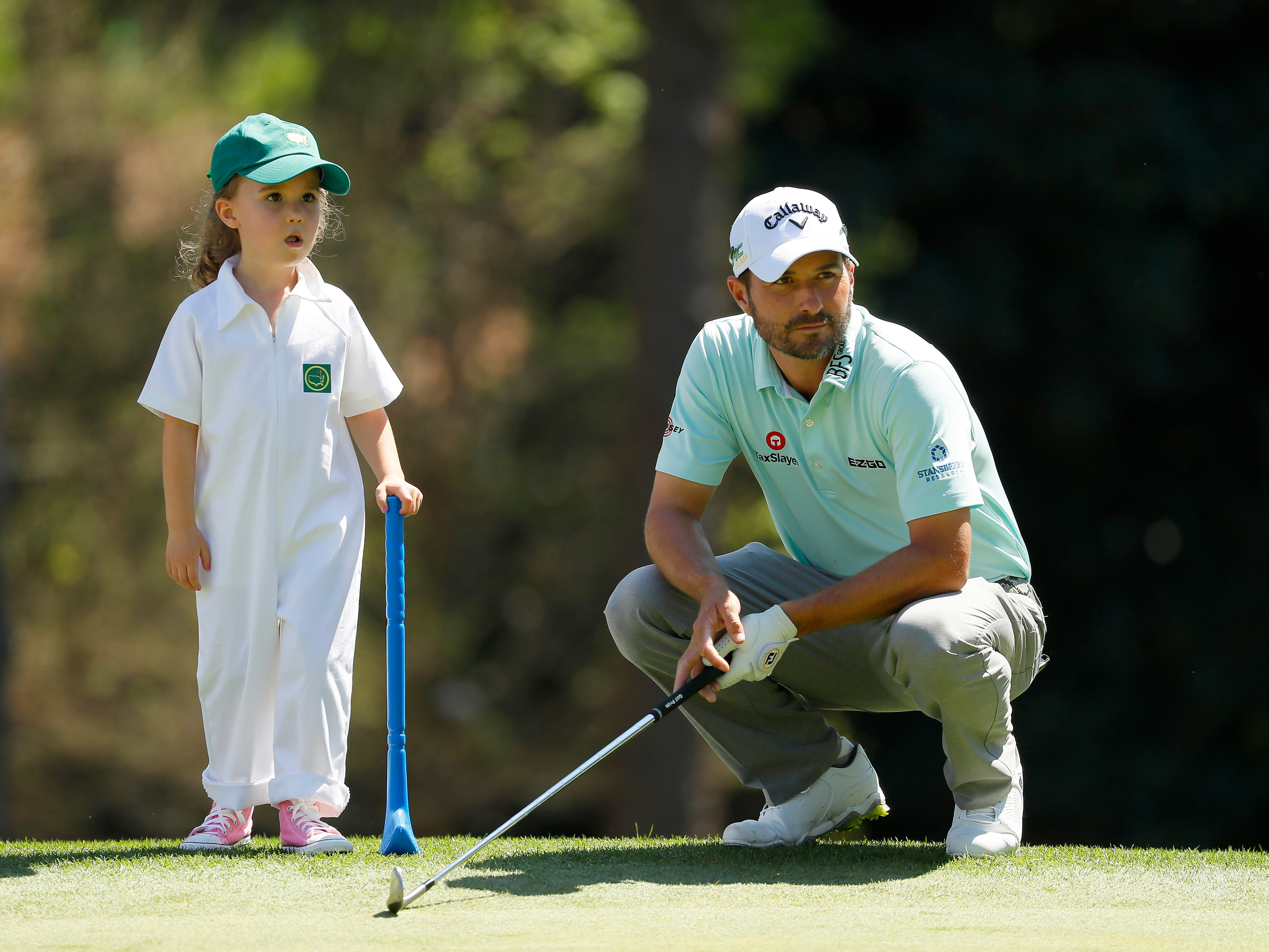 Kevin Kisner looks on with his daughter Kate.