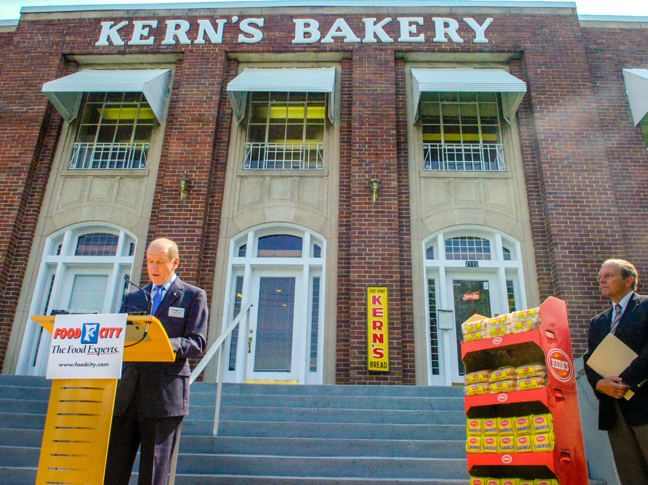 Food City President and CEO Steven Smith, left, stands in front of Sara Lee Bakeries on Chapman Highway inMay 2008 to announce that Food City will be bringing back Kern's Bread. Kern's was a family-owned operation based in Knoxville dating back 144 years. At right is Tom Hembree, Food City's senior vice president of marketing.