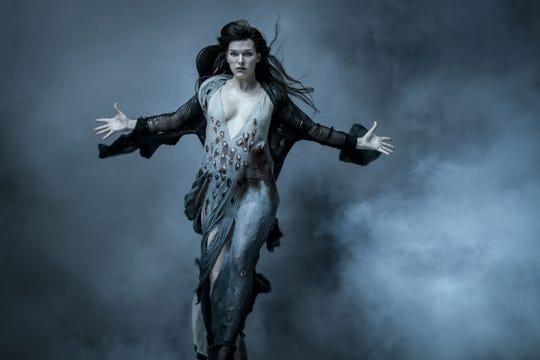 """Fotografía cedida por Lionsgate donde aparece la actriz Milla Jovovich en el doble papel de Nimue / The Blood Queen, durante una escena de la cinta de acción """"Hellboy""""."""