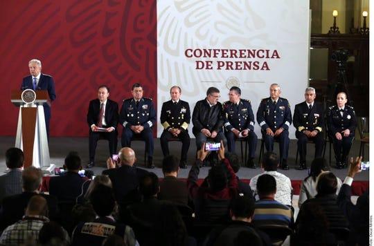 En conferencia con el Presidente Andrés Manuel López Obrador (al micrófono), Alfonso Durazo (segundo de izq. a der.) informó que el Comandante de la Guardia Nacional será el General de Brigada en retiro Luis Rodríguez Bucio.