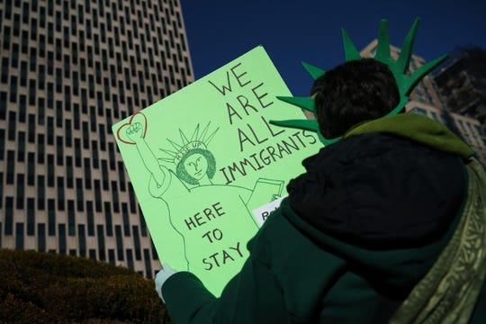 Una mujer protesta a favor de una reforma migratoria.