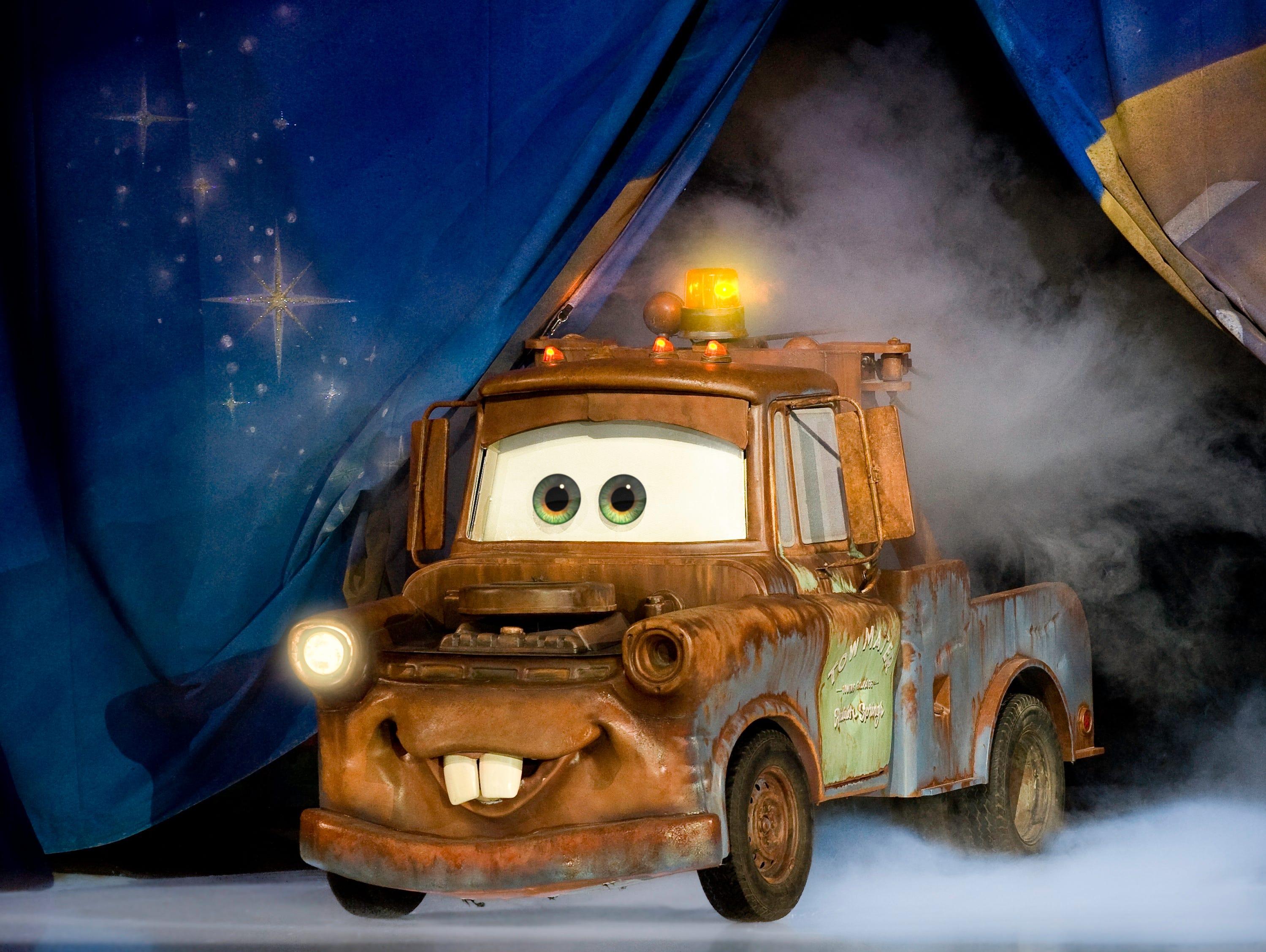 Emociónate con maniobras a toda velocidad y diversión de alto octanaje durante la carrera sobre la pista de hielo de Lightning McQueen, Mater y el equipo de Cars de Disney•Pixar.