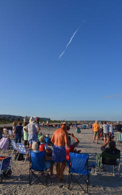 "The people on the beach at the northern end of Cape Canaveral got a great view of the launch and landing of the SpaceX Heavy, which was launched by Launch Pad 39A at Kennedy Space Center on Thursday night at 18:35 , The rocket carried the communications satellite Arabsat 6A. The auxiliary amplifiers landed at the Cape Canaveral Air Force Station and the core booster landed on the course ""Of course I'm still alive"" & # x9D; Drone ship"