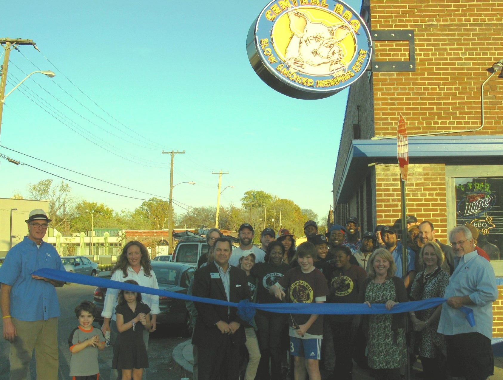 Central BBQ recently celebrated their new restaurant location opening with a ribbon-cutting ceremony. Joining owners Craig and Elizabeth Blondis were Greater Memphis Chamber Staff and Ambassadors. The restaurant is at 147 East Butler in Downtown Memphis.