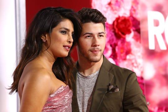 La actriz indio-estadounidense Priyanka Chopra (izq) y su marido, el cantante estadounidense Nick Jonas.