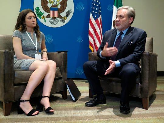 El Secretario de Energía de EEUU, Dan Brouillette, habla con reporteros durante la Cumbre Empresarial México-EEUU que se celebra en Nayarit.