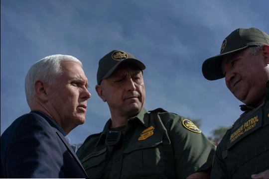 El vicepresidente Mike Pence dialoga con agentes fronterizos durante su visita a Nogales, Arizona.