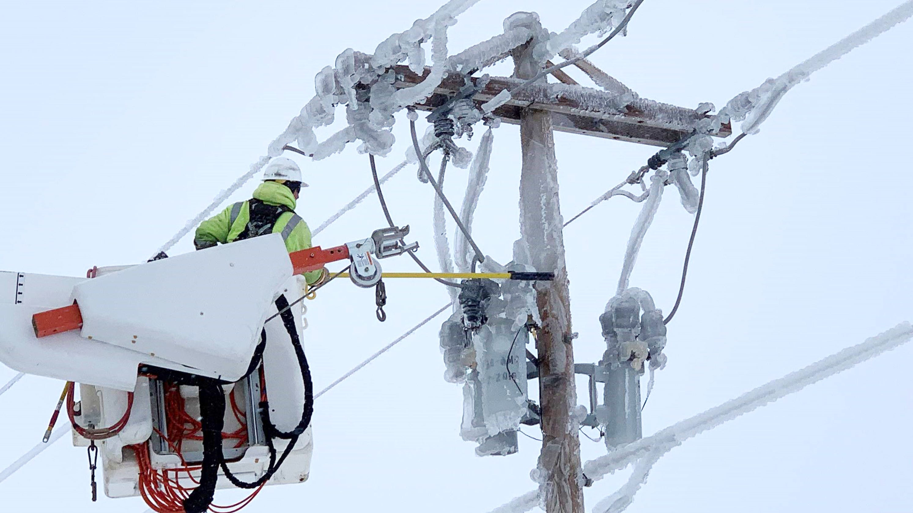 Power Outages Continue Decrease To 3 300 In Southeast