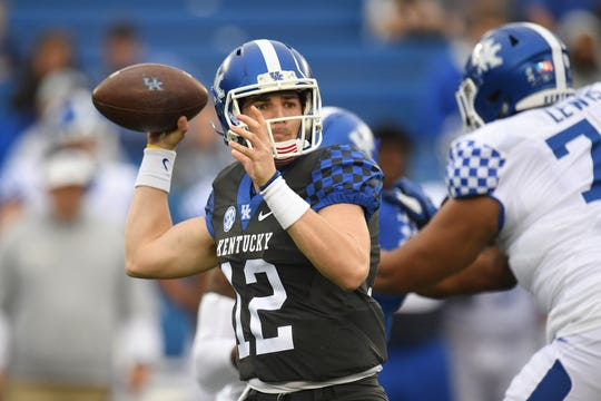 Gunnar Hoak takes a snap during UK's 2019 spring game on April 12.
