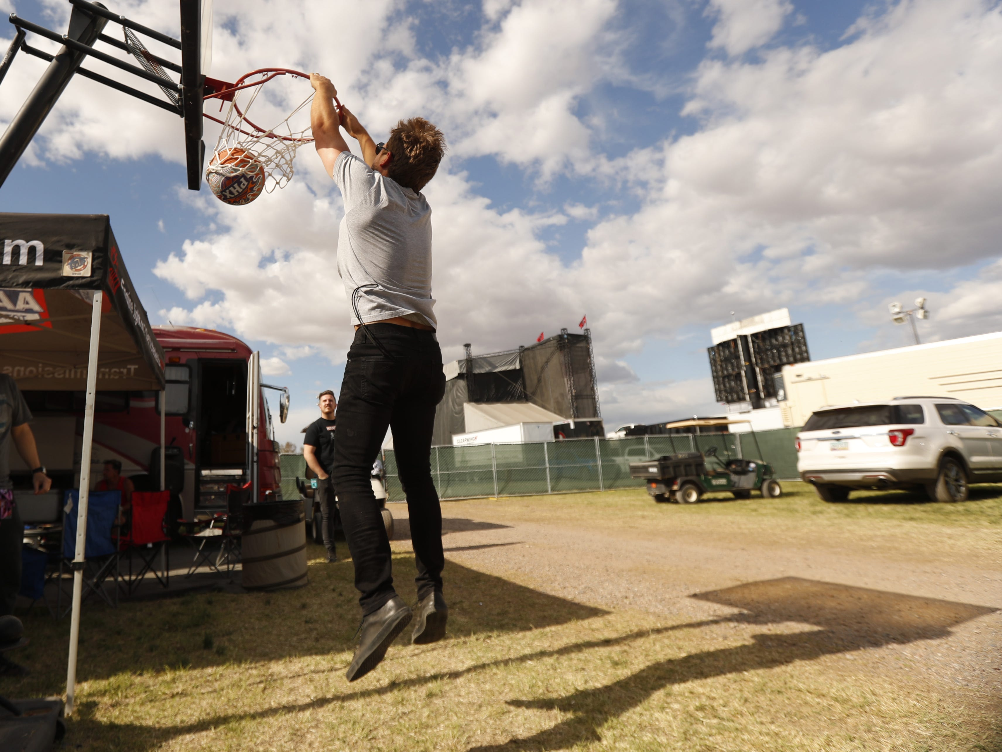 Country musician Brandon Lay dunks during a shootout against a fan, Chris Zeitler, for KMLE at Country Thunder in Florence, Ariz. on Friday, April 12, 2019.