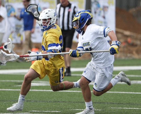 Hofstra's Ryan Kinnard (left) is pursued by Delaware's Ryan Shaw in the fourth period of Delaware's 13-7 win against rival Hofstra at home Saturday.