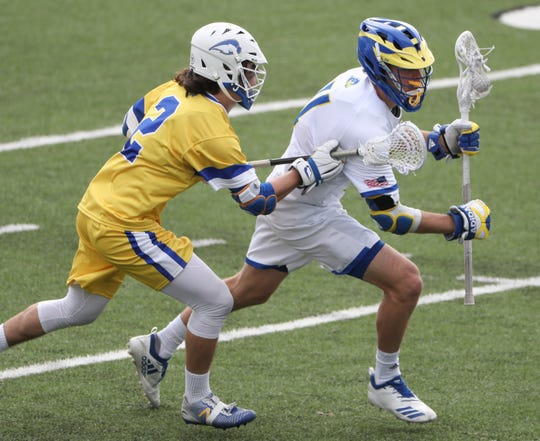 Delaware's Kyle Kivinski (right) is guarded by Hofstra's Corey Kale in the fourth period of Delaware's 13-7 win against rival Hofstra at home Saturday.