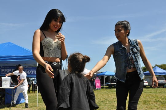 Una niñita observa a Selena Gaytán, imitadora de Selena, en el segundo Festival Anual de Homenaje a Selena en Salinas.