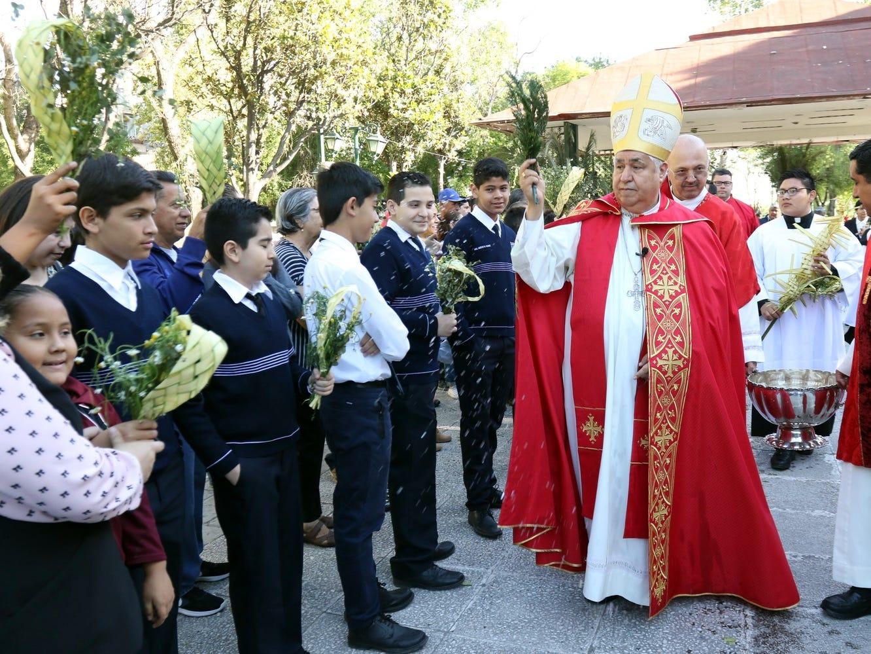 Decenas de fieles acudieron al Templo de San José de Gracias con sus palmas para que se las bendijeran, y de ahí se fueron en procesión a Catedral para la misa del Domingo de Ramos.