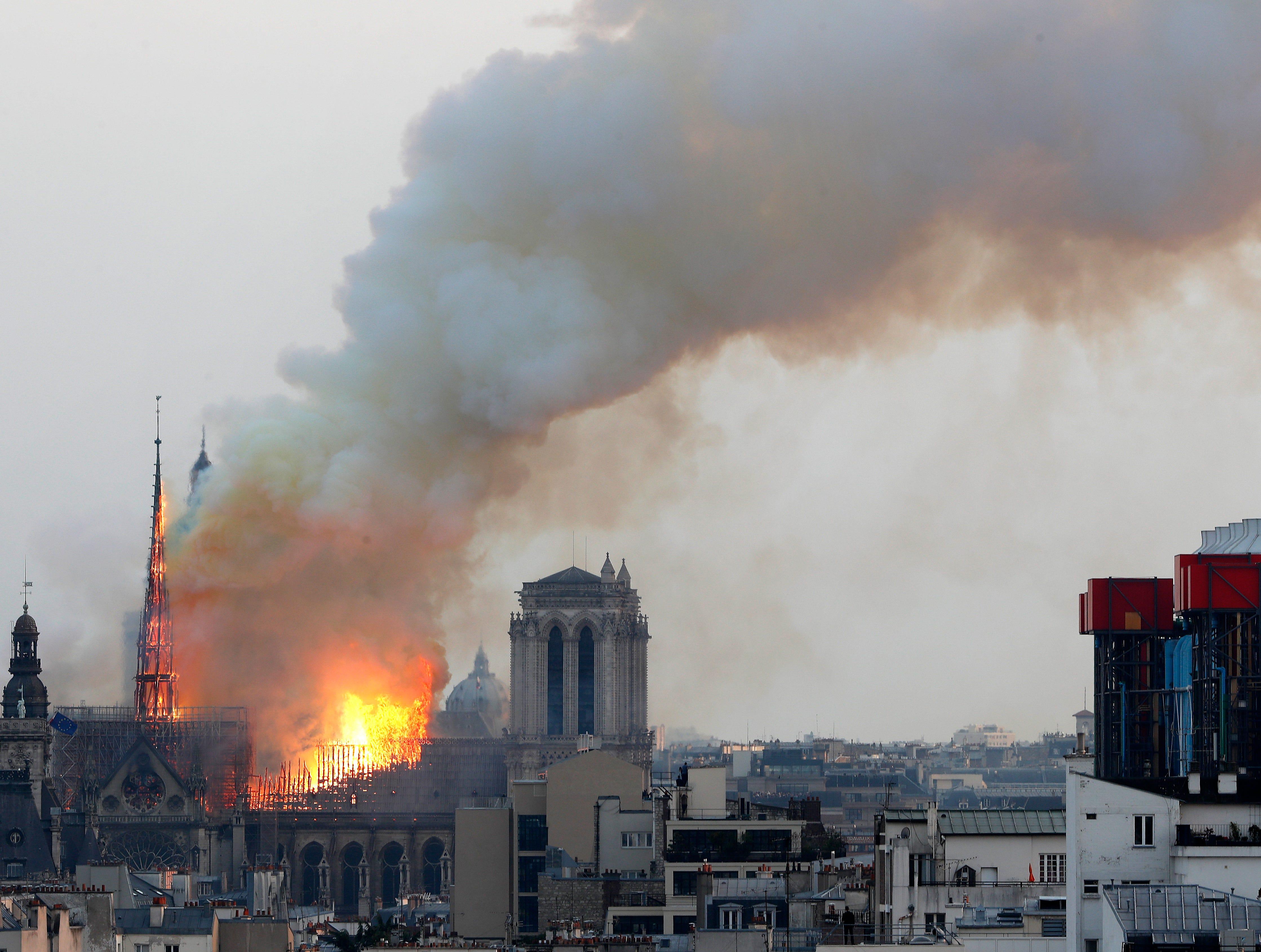Reporteros de la AP vieron las densas columnas de humo que salían de la catedral, y las capas de ceniza que caían sobre la isla sobre la cual está la iglesia y que marca el centro de París.