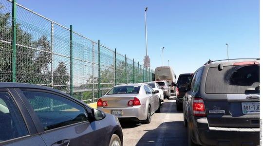 Largas fila en el cruce de Laredo.
