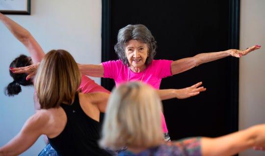 Tao Porchon-Lynch sigue siendo instructora de yoga ¡a sus 100 años!