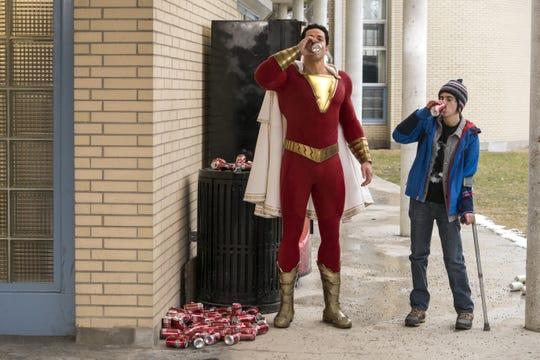 """Fogografía cedida por Warner Bros. donde aparece Zachary Levi (i) como Shazam y Jack Dylan Grazer (d) como Freddy Freeman, durante una escena de la nueva película del universo cinematográfico de DC Comics, """"Shazam!""""."""