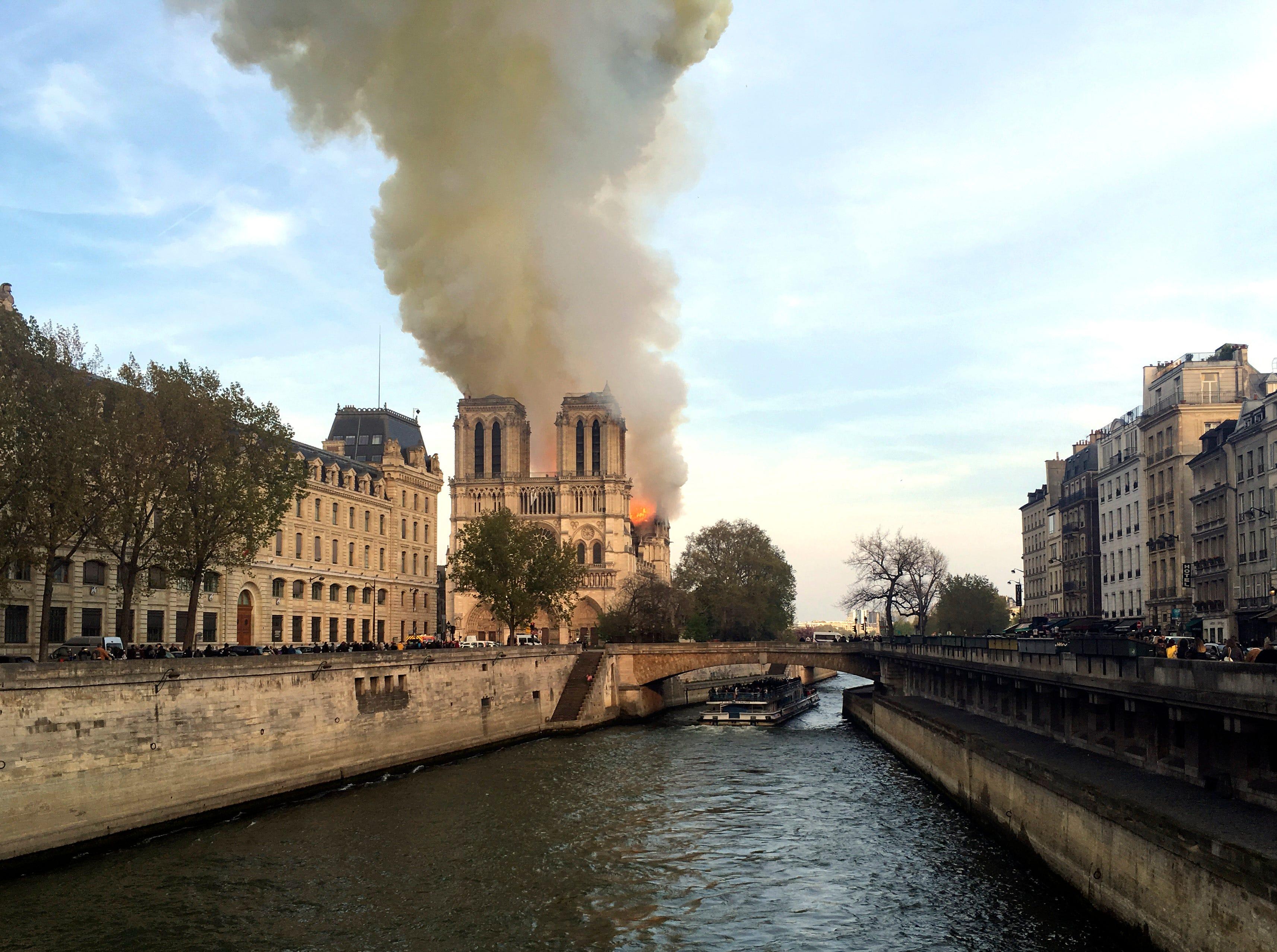 Un incendio estalló el lunes en la Catedral de Notre Dame en París, despidiendo columnas de humo y cenizas sobre los turistas alrededor.