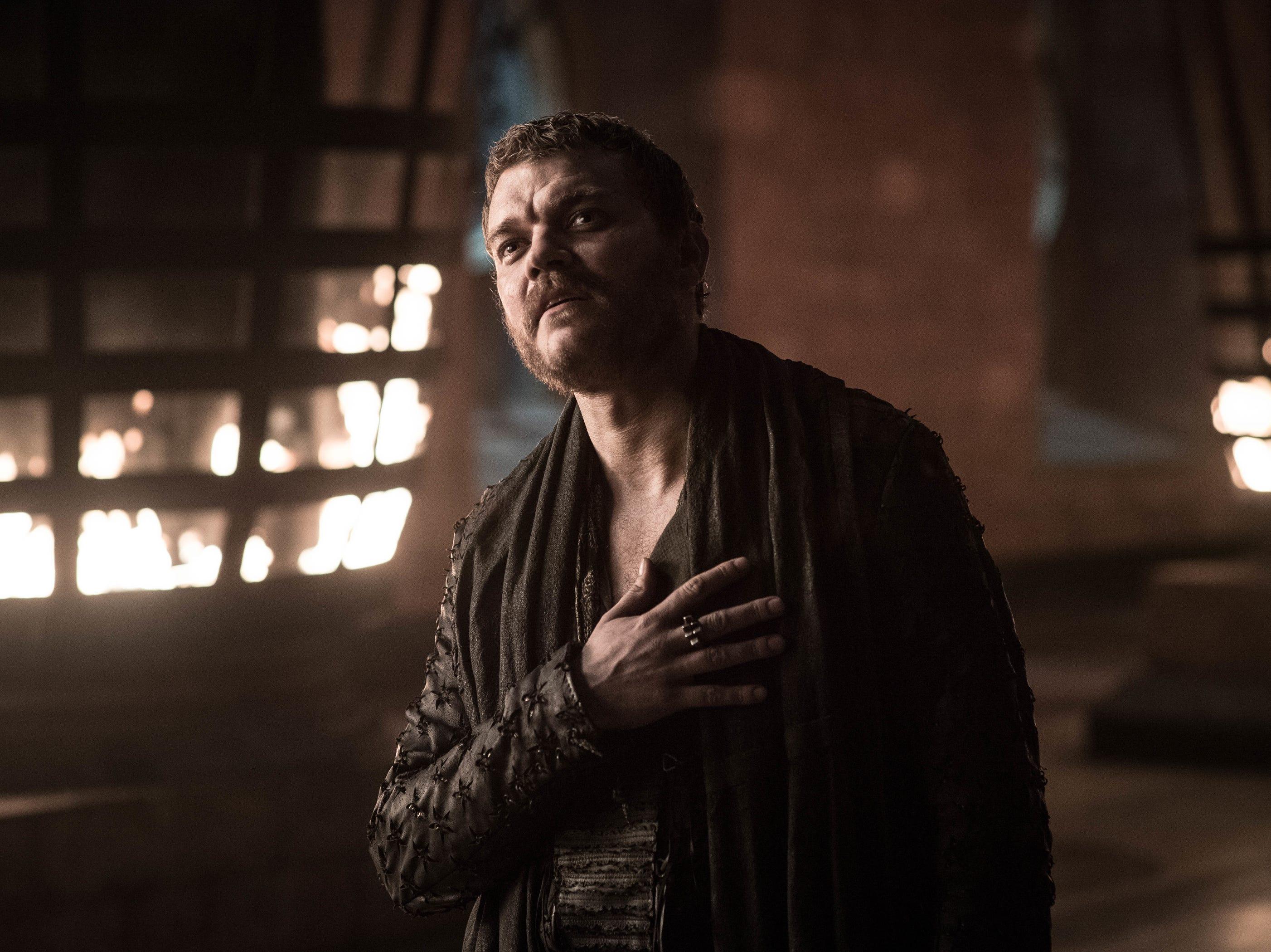 Euron Greyjoy (Pilou Asbæk) addresses Cersei.