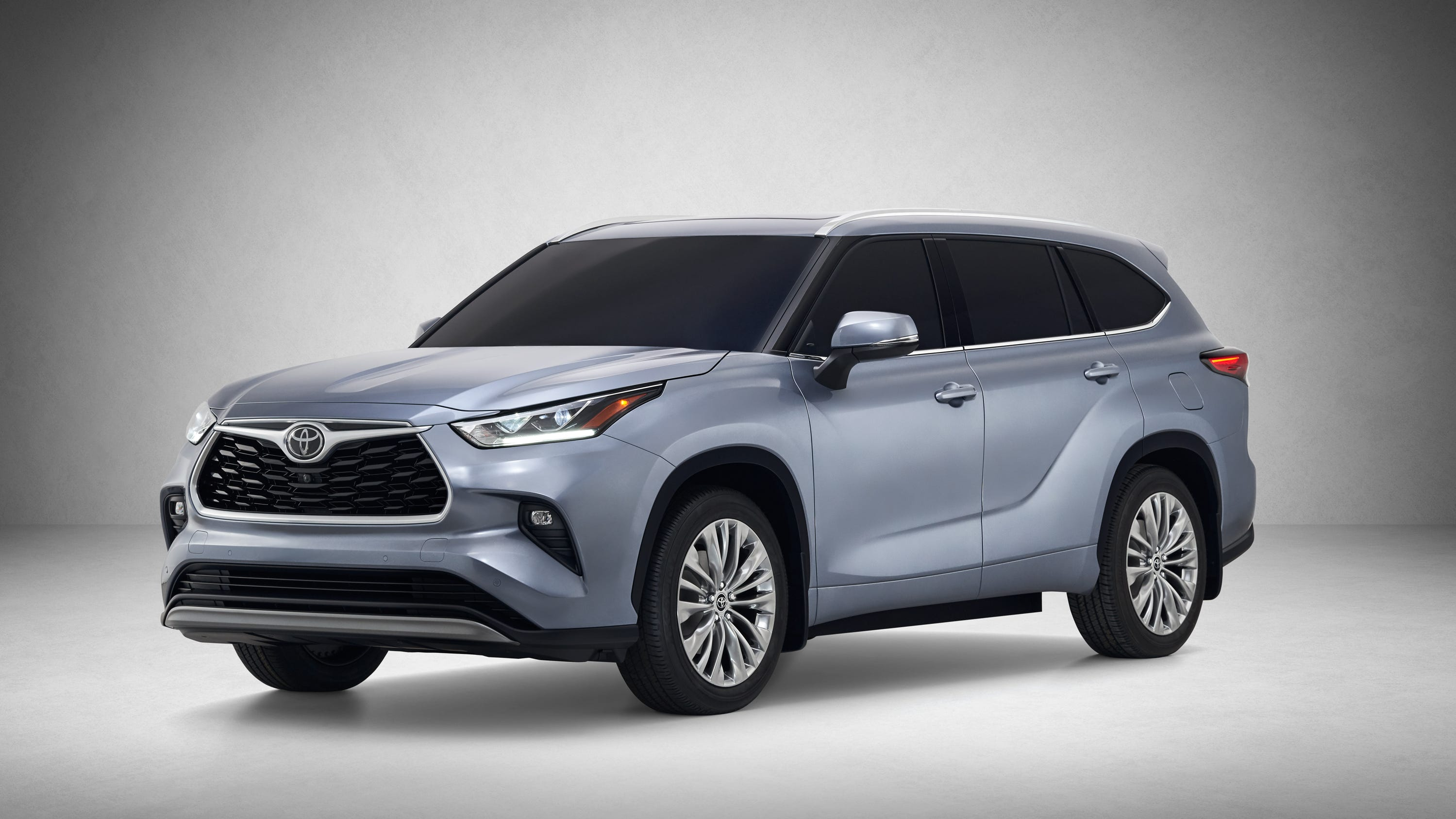 Toyota unveiled a redesigned version ofits Highlander SUV on Wednesday as competition heats up for three-row family vehicles.