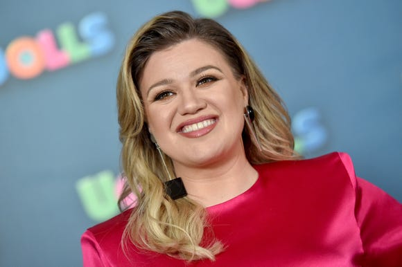 "Kelly Clarkson says she accidentally ruined ""Frozen"" for her daughter."