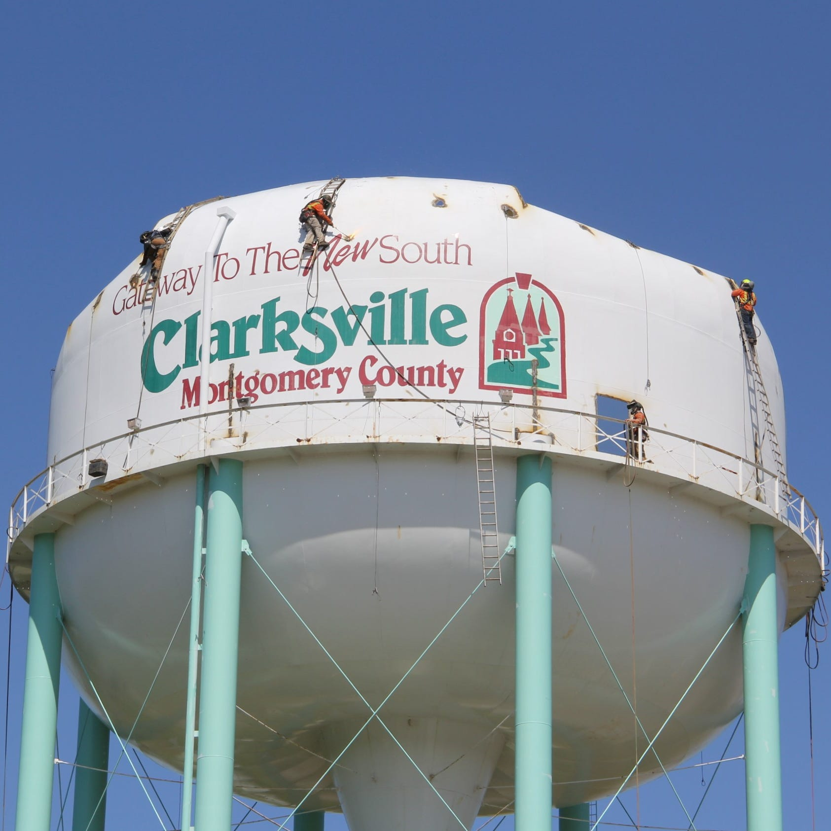 Old Clarksville water storage tank dismantled after years of being inactive