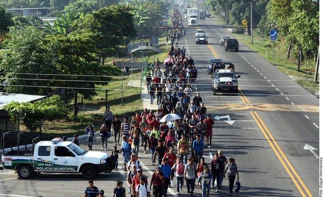 Caravana migrante avanza hacia Estados Unidos.