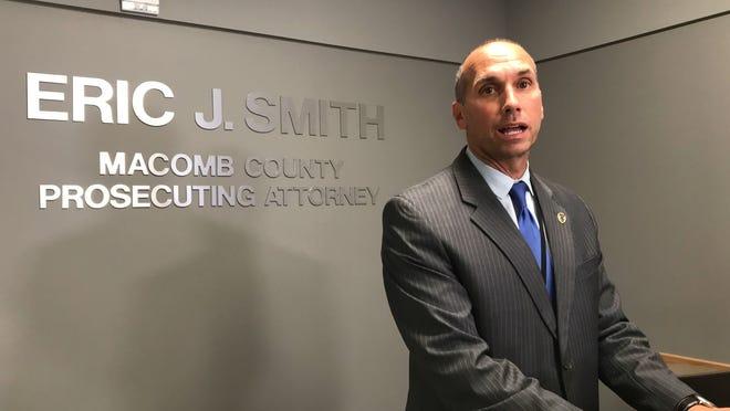 Jaksa Penuntut Macomb County Eric Smith memberikan pernyataan kepada wartawan di kantornya pada hari Rabu tentang dokumen yang disita dari kantornya oleh otoritas negara.