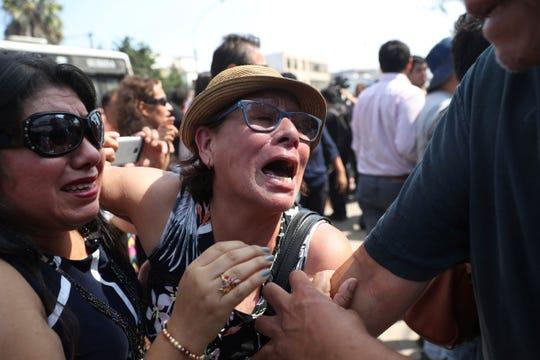 Simpatizantes del ex presidente lloran al saber de su partida.