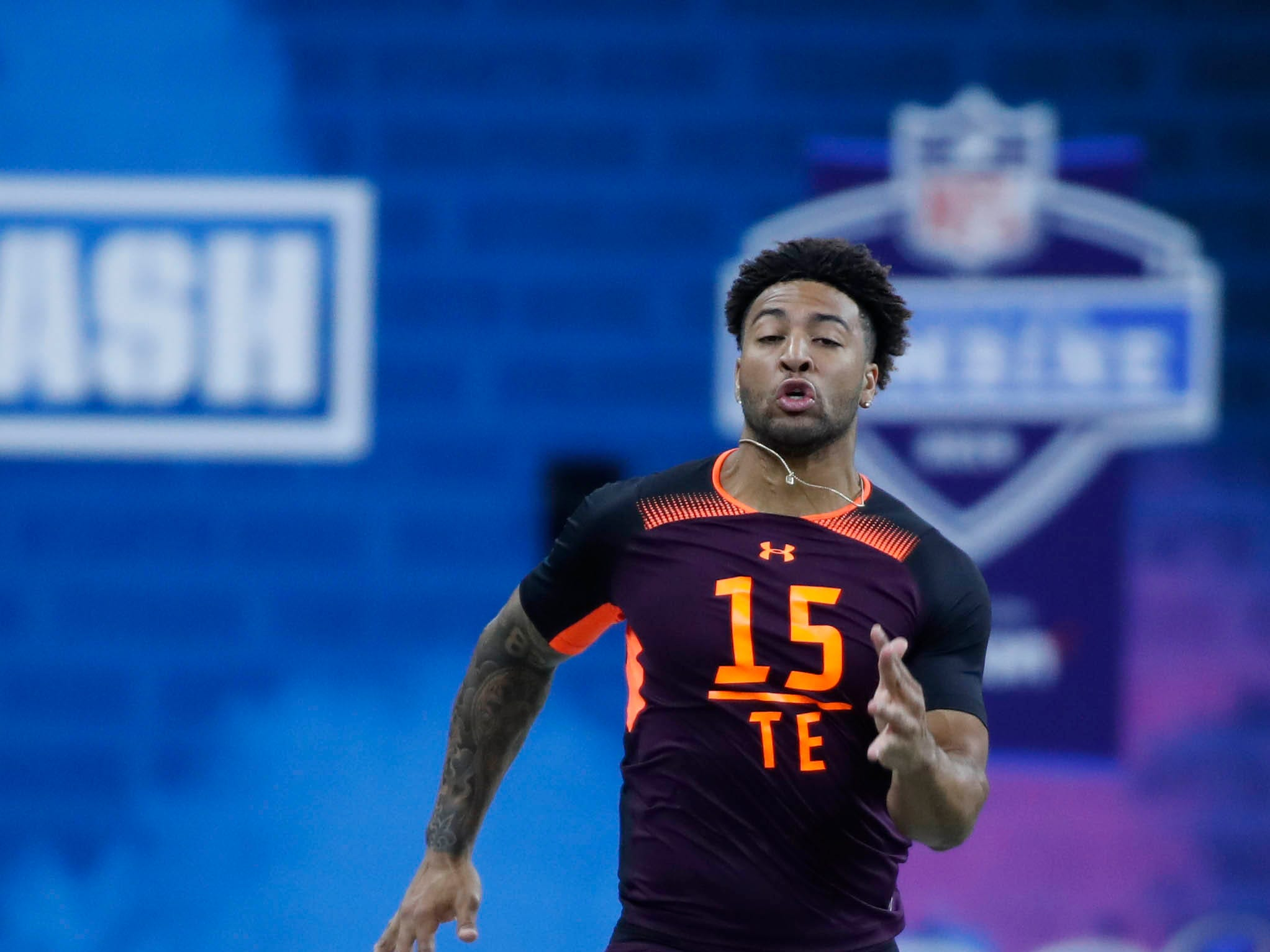 Mar 2, 2019; Indianapolis, IN, USA; Alabama tight end Irv Smith (TE15) runs the 40 yard dash during the 2019 NFL Combine at Lucas Oil Stadium. Mandatory Credit: Brian Spurlock-USA TODAY Sports