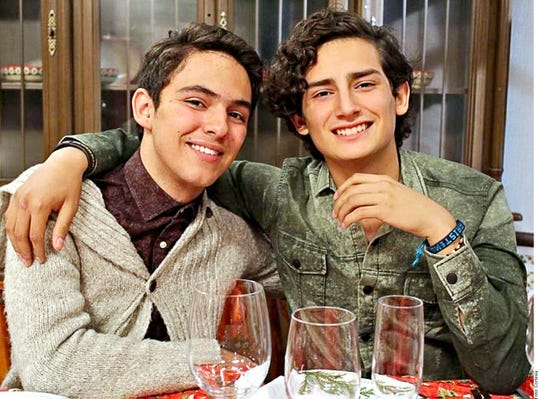 La historia de romance de Aris (der.) y Temo (izq.) extraída de la telenovela Mi Marido Tiene Más Familia, ha elevado su popularidad en todo México.
