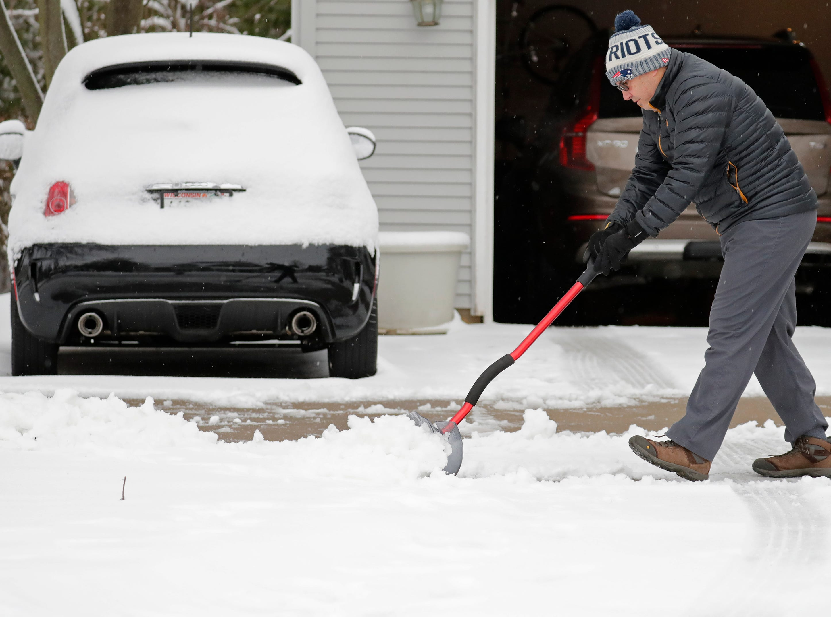 Miguel Leiva shovels his driveway along N. Racine Street during a spring snow storm Thursday, April 11, 2019, in Appleton, Wis. Dan Powers/USA TODAY NETWORK-Wisconsin