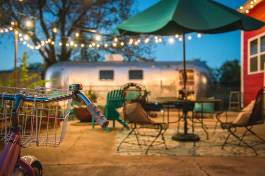Relax at this 1972 vintage airstream located on open acreage in Denton, Texas. It features modern furnishing such as a queen bed, dinette, a cast iron bathtub, and more.