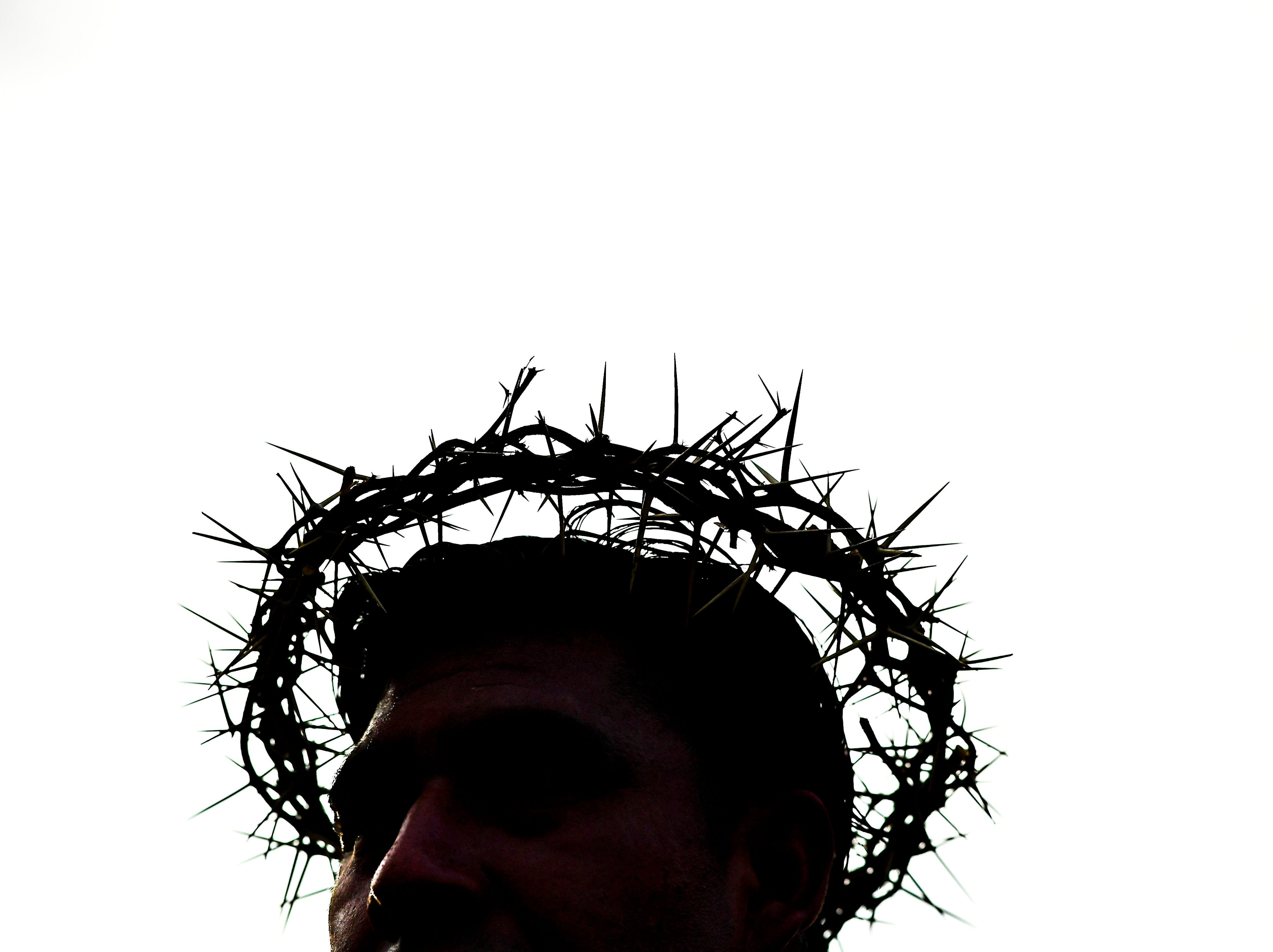 A 'penitent' takes part in the recreation of the Passion of Christ at the Iztapalapa neighborhood, eastern Mexico City, on April 19, 2019 during the Good Friday procession.  More than one billion Christian across the world mark the Holy Week of Easter in celebration of the crucifixion and resurrection of Jesus Christ.