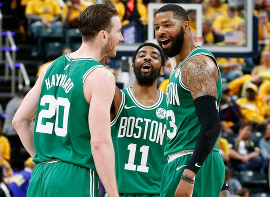 Jugadores de Celtics celebran la barrida ante Pacers.