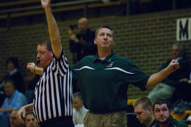 Jeff Hein, shown here coaching Vincennes Lincoln in 2009, will leave his position as the athletics director at Vincennes to coach basketball at Bedford North Lawrence.