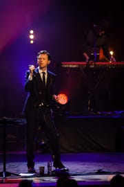 """Alex Thomas plays David Bowie in the tribute show """"Live on Mars."""""""