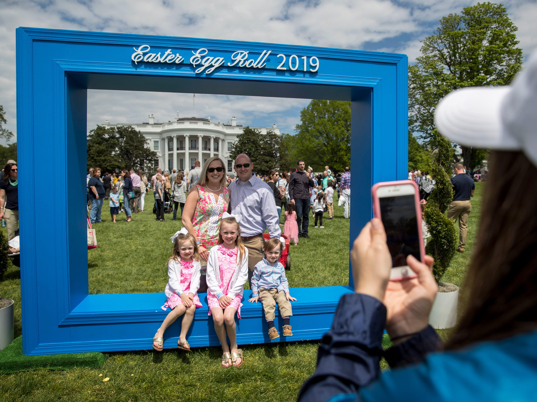 Como ya es toda una tradición, la Casa Blanca organizó una celebración por el 'Día de Pascua', a la que asistieron cientos de niños y sus familias, el 21 de abril de 2019. Los Trump organizaron la cacería de huevos de pascua, leyeron cuentos y convivieron con los pequeños.
