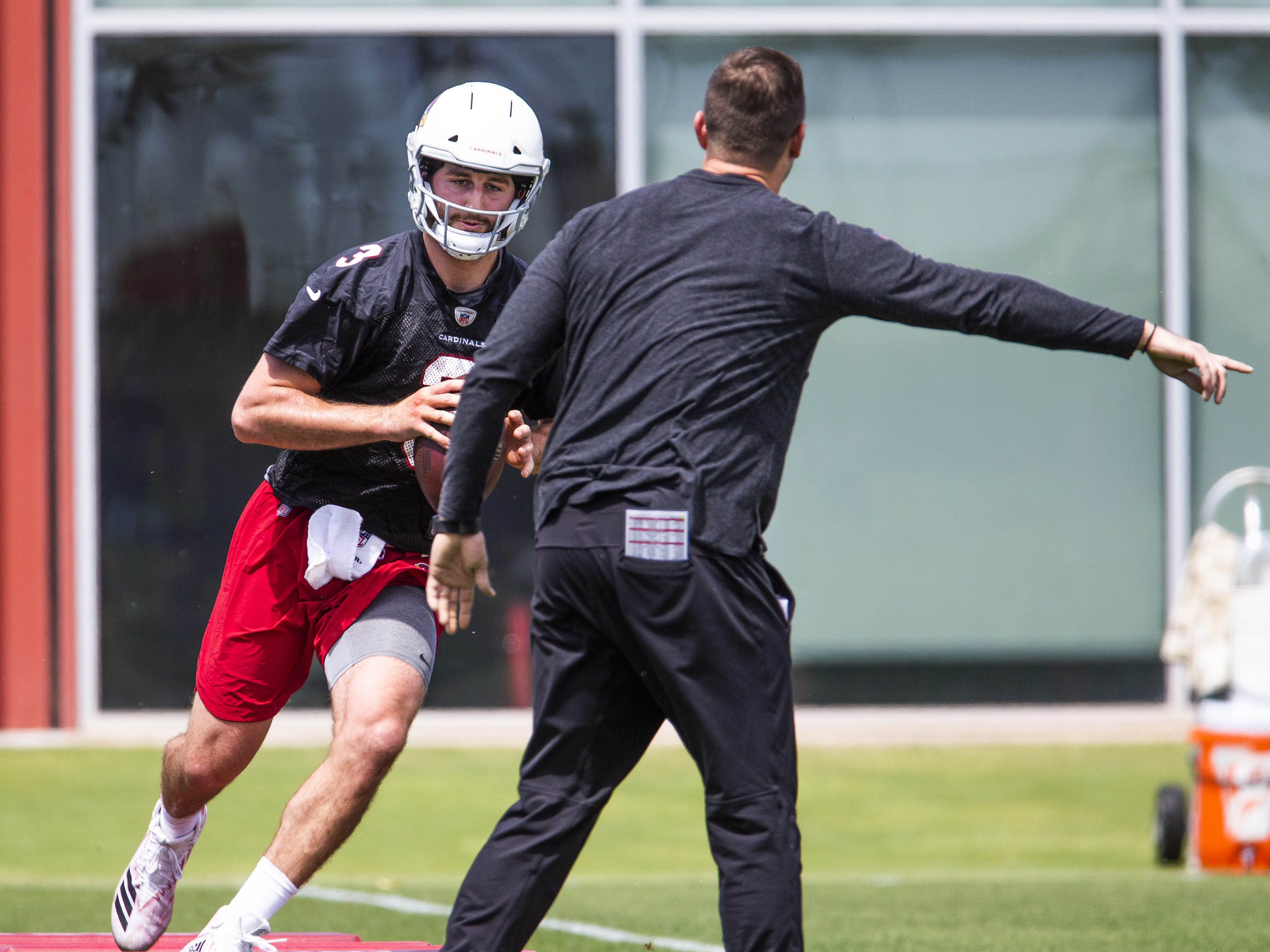 Arizona Cardinals head coach Kliff Kingsbury watches the practice of quarterback Josh Rosen, despite rumors that he's interested in drafting quarterback Kyler Murray, Tuesday, April 23, 2019.
