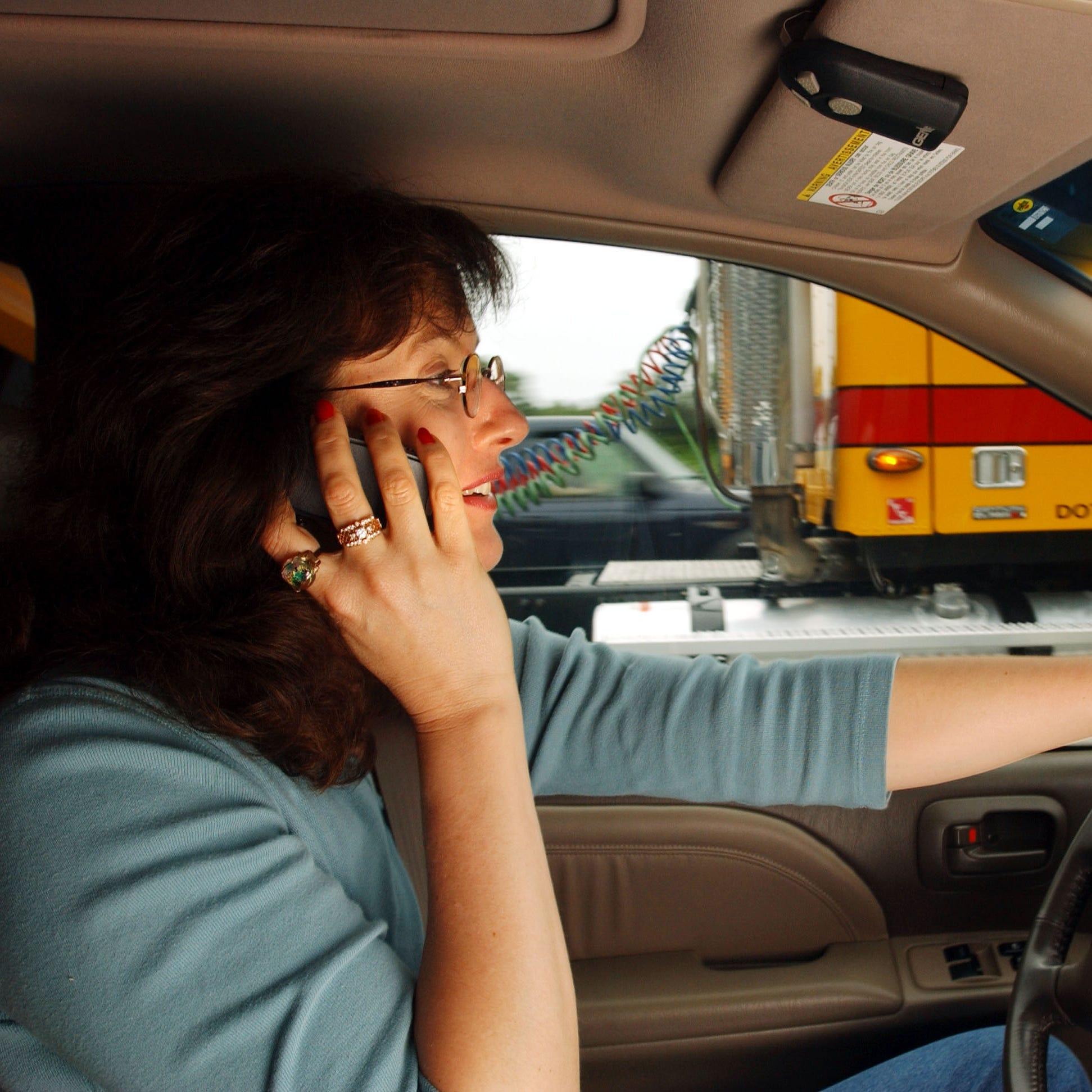 Gobernador de Arizona firma ley de 'manos libres' al volante