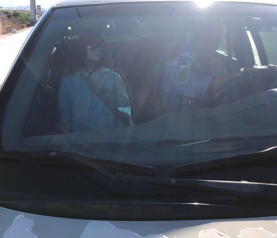 Foto tomada por el oficial del DPS en el que se observa al conductor, utilizando un maniquí como pasajero en el carril HOV.
