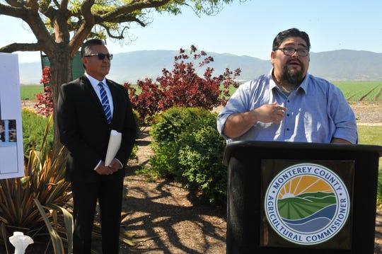César Lara, director ejecutivo del Monterey Bay Central Labor Council, habla junto a Henry Gonzales, comisionado agrícola del condado de Monterey, el 24 de abril de 2019.