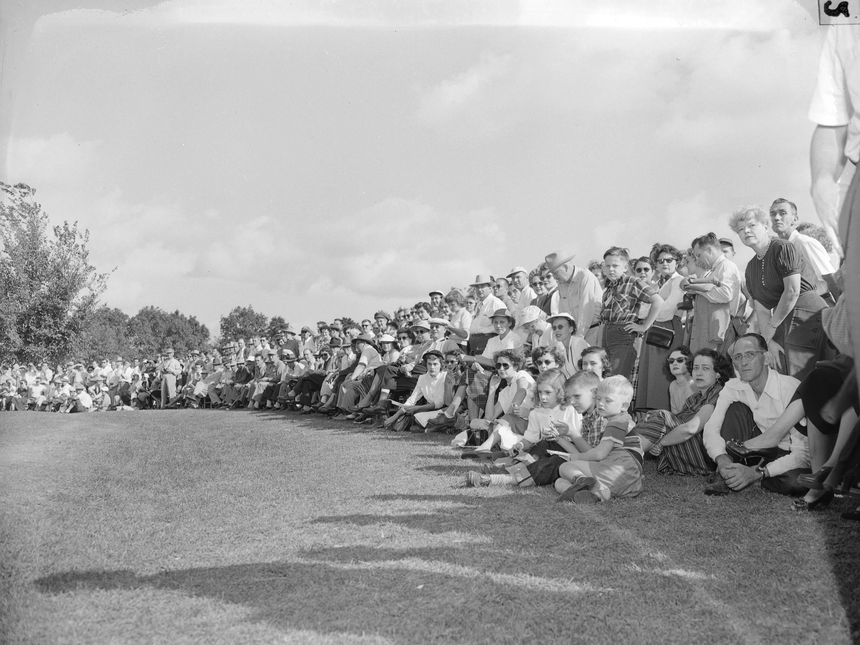 Attendees of the Ozarks Open golf tournament. Four thousand five hundred people attended the final 36-hole session at the Ozark Open golf tournament. Published in the Leader & Press on October 2, 1950.