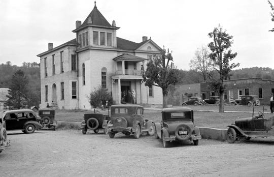 An Oct. 1935 U.S. Farm Security Administration/Office of War Information photograph of the Union County Courthouse taken in Maynardville, Tennessee, by Ben Shahn. (Library of Congress)