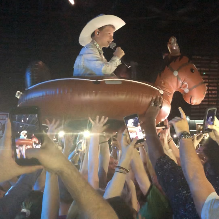 Mason Ramsey crowd-surfs with inflatable horse at Nashville concert
