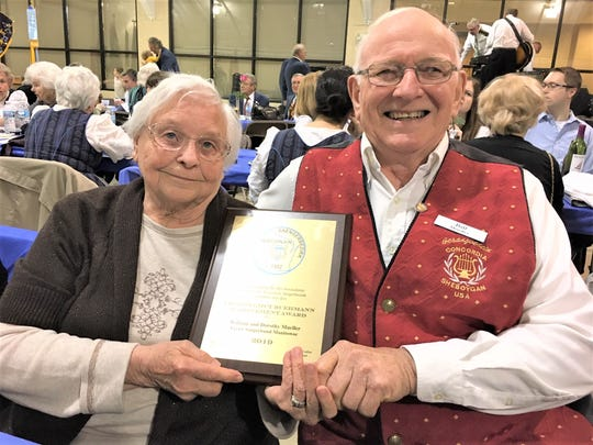 Dorothy and Bill Mueller receive the Helmut Buehmann Award at the Annual WSB Kommers event.