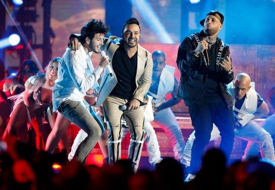 """Sebastian Yatra, , Luis Fonsi y Nicky Jam interpretan """"Date La Vuelta"""" en los Premios Billboard Latino."""